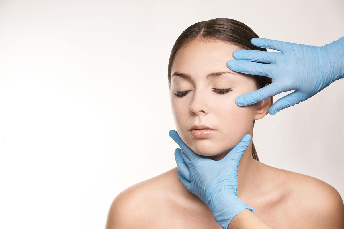Gants de spécialistes sur visage de femme