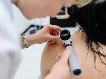 dermatologue examinant patient